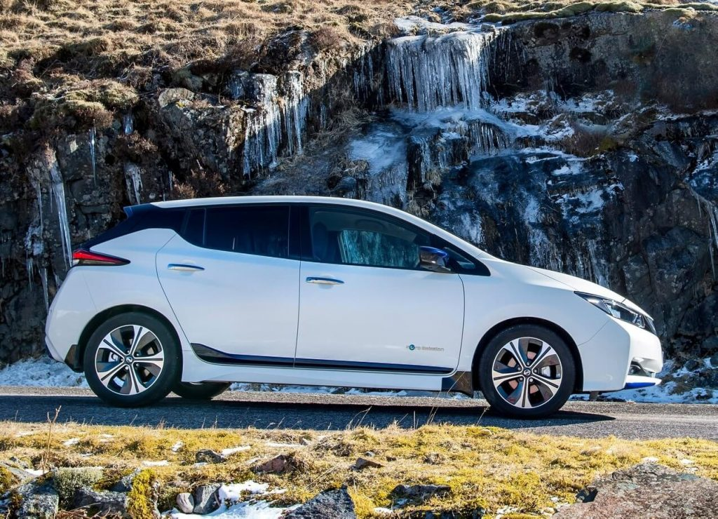 Вид сбоку Nissan Leaf