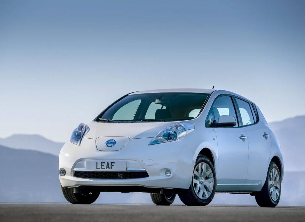 Вид спереди Nissan Leaf